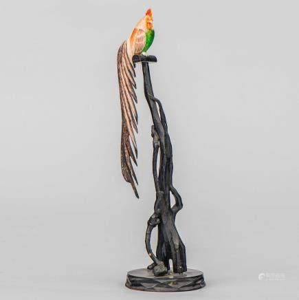 """""""Gallo encima de rama de árbol"""" Figura realizada en marfil tallado y policromado. Finales del Siglo XIX-XX."""