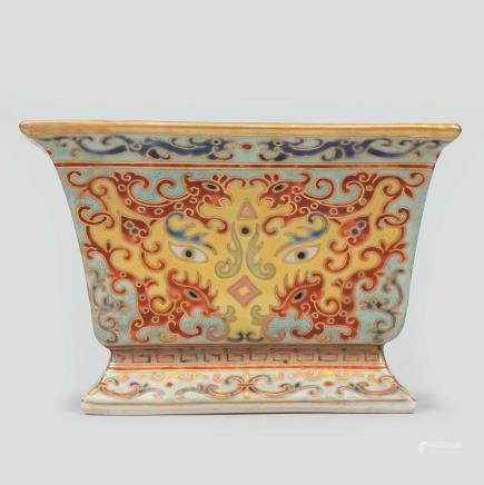 Jardinera Cuadrangular en porcelana China esmaltada. Trabajo Chino, Siglo XX.