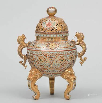 Incensario Chino realizado en porcelana esmaltada. Trabajo Chino, Siglo XX.