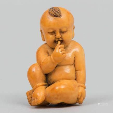 """""""Niño con la mano en la boca"""" Figura China realizada en marfil tallado. Trabajo Chino, Finales del Siglo XIX-XX."""