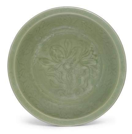 明 龍泉窰青釉蓮花紋盤