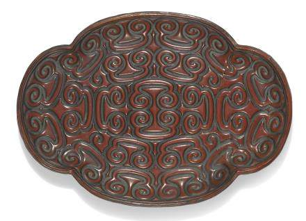 明十六世紀 朱面剔犀如意雲紋海棠式盤
