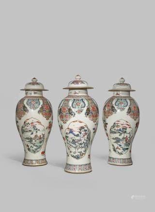 十八世紀中期 粉彩鳳戲牡丹開光山水紋蓋瓶 一組三件