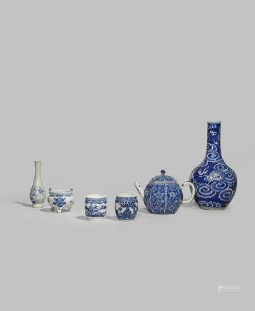A SMALL COLLECTION OF CHINESE BLUE AND WHITE PORCELAIN