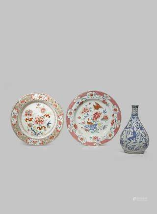 TWO CHINESE FAMILLE ROSE DISHES AND A 'KRAAK' BOTTLE VASE