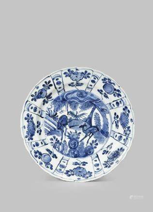 A CHINESE BLUE AND WHITE 'KRAAK' PORCELAIN PLATE
