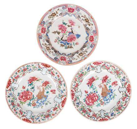 A pair of Chinese famille rose dishes, depicting a Fu-lion on a rock, Qianlong; added a ditto dish, decorated with two birds on a rock, Qianlong, Diameter 23 cm