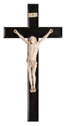 A 19thC ivory Corpus Christi on an macassar ebony cross, H 28,5 (corpus) - 55 (the whole), W 28 cm - Weight corpus: 320g