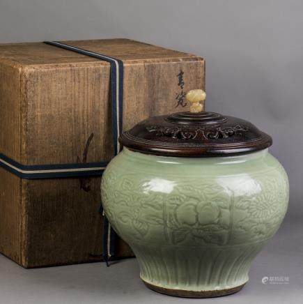 A LONGQUAN CELADON PORCELAIN JAR, EARLY MING DYNASTY
