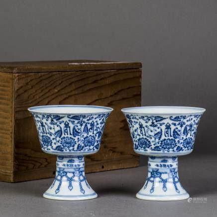 A PAIR OF BLUE AND WHITE PORCELAIN OIL LAMP, QING QIANLONG