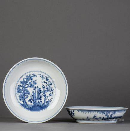A PAIR OF BLUE AND WHITE PORCELAIN DISHS, QING QIANLONG PERIOD