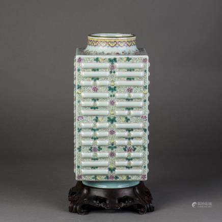 A CELADON GROUND FAMILLE ROSE PORCELAIN VASE, QING GUANGXU PERIOD