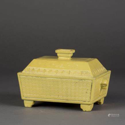 A YELLOW-GLAZED SCROLL PATTERN PORCELAIN CENSER WITH COVER, QING GUANGXU PERIOD