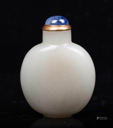 CHINESE QING DYNASTY WHITE JADE SNUFF BOTTLE
