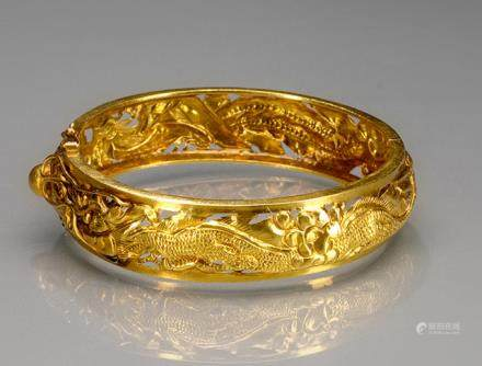 A 14 K YELLOW GOLD BANGLE DECORATED WITH DRAGON AND PHOENIX