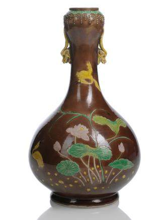 A FINE AND RARE BROWN-GROUND FAMILLE VERTE BISCUIT PORCELAIN BOTTLE VASE WITH LOTOS AND CRANE DECORATION