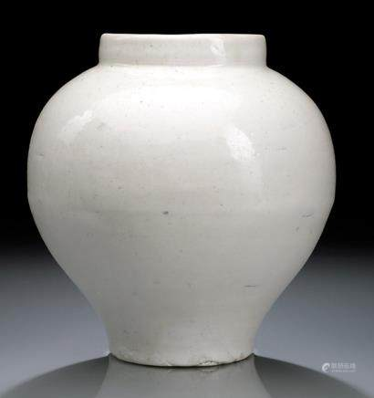 AN UNUSUAL WHITE-GLAZED PORCELAIN DEHUA (?) JAR