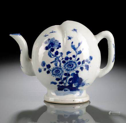 A BLUE AND WHITE CADOGAN FLOWER WINEPOT