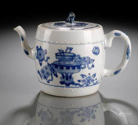A BLUE AND WHITE TROMMEL-SHAPED BLUE AND WHITE TEAPOT AND COVER