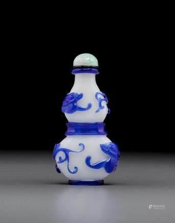 寶石藍套白料螭龍葫蘆形鼻煙壺