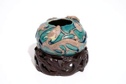 A Chinese turquoise and aubergine glazed brushwasher with applied dragons and lingzhi, 19/20th C.