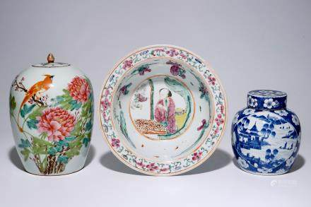 A Chinese famille rose basin and two covered jars, 19/20e eeuw