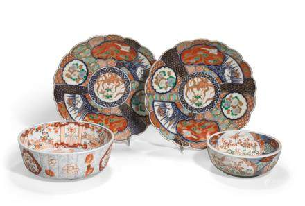 A GROUP OF FOUR IMARI PORCELAIN CONTAINERS