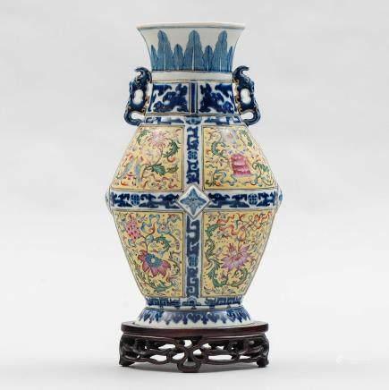 Jarrón chino en porcelana china. Trabajo Chino, Siglo XX.