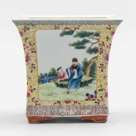 Jardinera china en porcelana china familia amarilla. Siglo XX.
