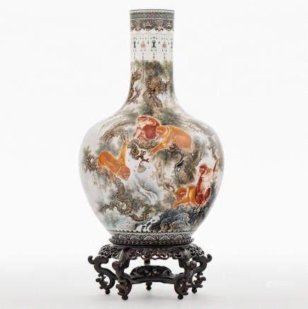 Jarrón en porcelana china. Trabajo Chino, Siglo XX.