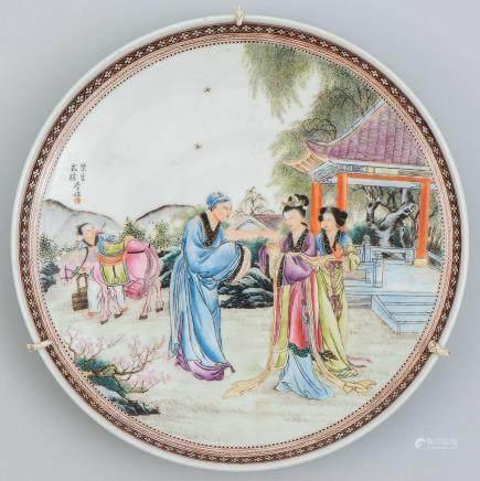 Gran plato en porcelana china. Trabajo Chino, Siglo XX