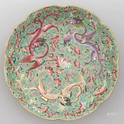 Fuente polilobulada en porcelana china familia verde. Trabajo Chino, Siglo XIX-XX