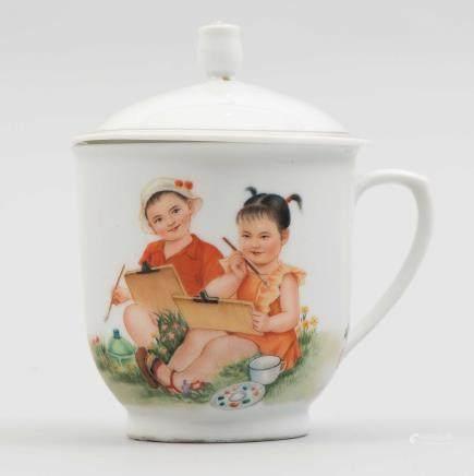 Taza con tapa de porcelana china. Trabajo Chino, Siglo XX