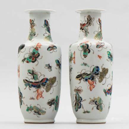 Pareja de jarrones chinos en porcelana esmaltada. Trabajo Chino, Siglo XX