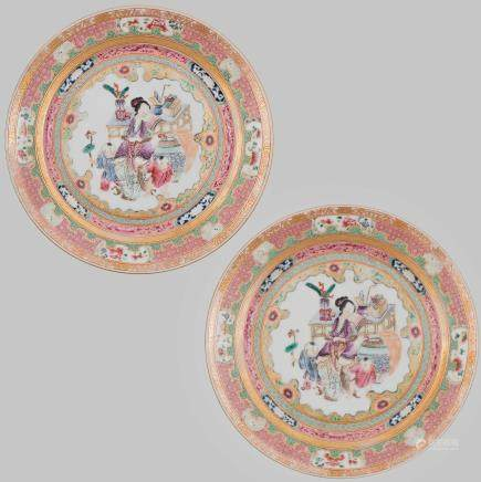 Pareja de platos en porcelana china familia rosa. Trabajo Chino, Siglo XX