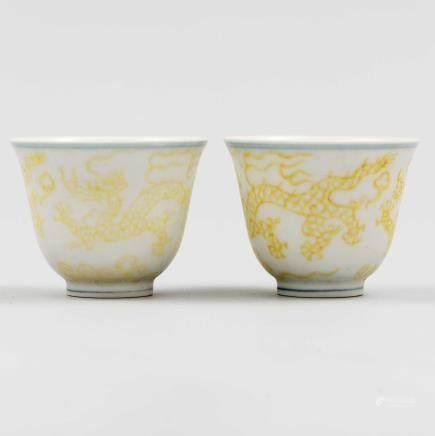 Pareja de tazitas chinas en porcelana blanca con decoración en amarillo. Trabajo Chino, Siglo XX