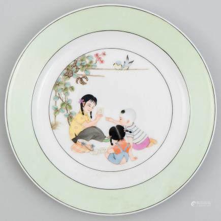Plato en porcelana china. Trabajo Chino, Siglo XX