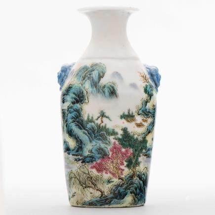 Jarroncito chino en porcelana esmaltada. Trabajo Chino, Siglo XX.