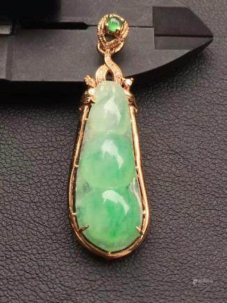 A NATURAL PEAPOD-SHAPED LALV JADEITE PENDANT