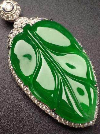 A NATURAL LEAF-SHAPED DIWANGLV JADEITE PENDANT