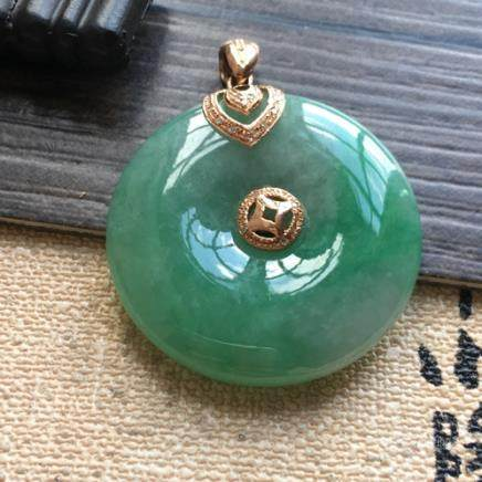 A PEACE BUCKLE DESGIN NATURAL 18K ICY JADEITE PENDANT