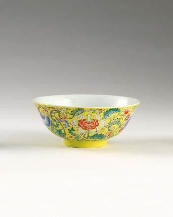 清咸丰 黄地粉彩牡丹花卉纹「五蝠临门」碗