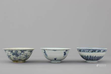 A set of 3 Chinese porcelain blue and white bowls, Ming dynasty