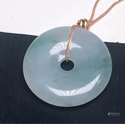 18K A RING-SHAPED DESIGN NATURAL ICY JADEITE PENDANT With certificate