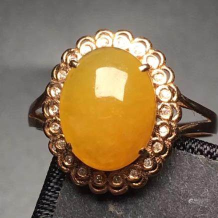 A NATURAL OVAL-SHAPED YELLOW JADEITE RING