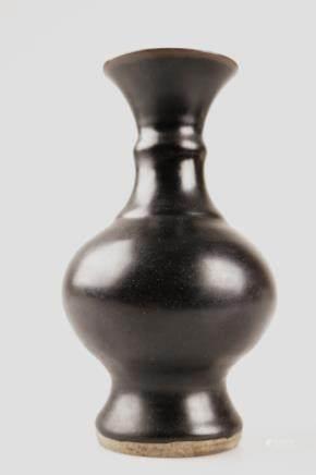 A BLACK GLAZE VASE