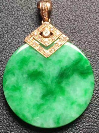 18K A NATURAL ICY JADEITE PENDANT WITH CERTIFICATE