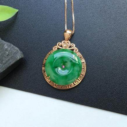 18K A NATURAL RING-SHAPED ICY JADEITE PENDANT WITH CERTIFICATE