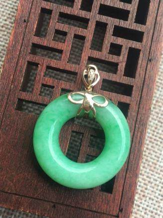 18K  A RING-DESIGN NATURAL ICY JADEITE PENDANT With certificate.