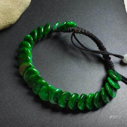 A NATURAL COIN-SHAPED JADEITE BEADS BRACELET